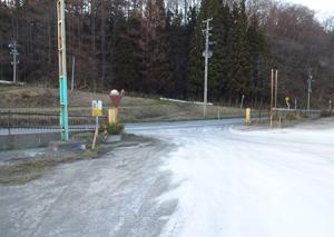 各駐車場の出入り口付近の石灰消毒をしています。